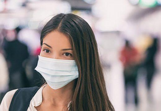 コロナウイルス拡大でマスクをする女性